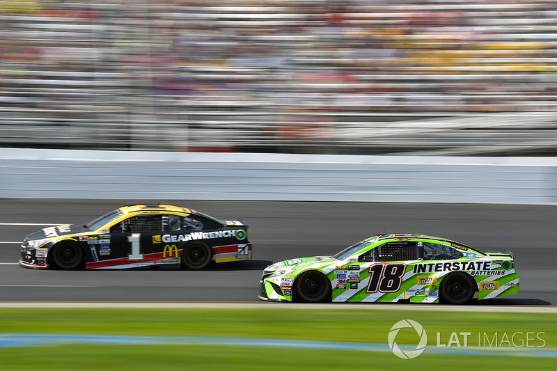 Jamie McMurray, Chip Ganassi Racing Chevrolet, Kyle Busch, Joe Gibbs Racing Toyota