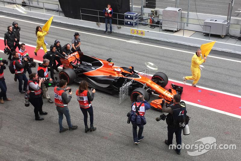 Стоффель Вандорн, McLaren MCL32, механіки штовхають болід