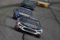 Kevin Harvick, Stewart-Haas Racing, Ford; Chase Elliott, Hendrick Motorsports, Chevrolet