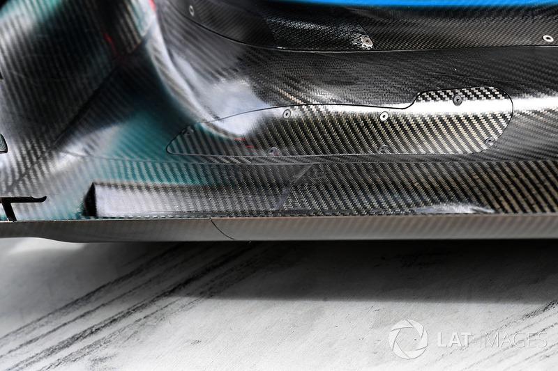 تفاصيل أرضية سيارة مرسيدس