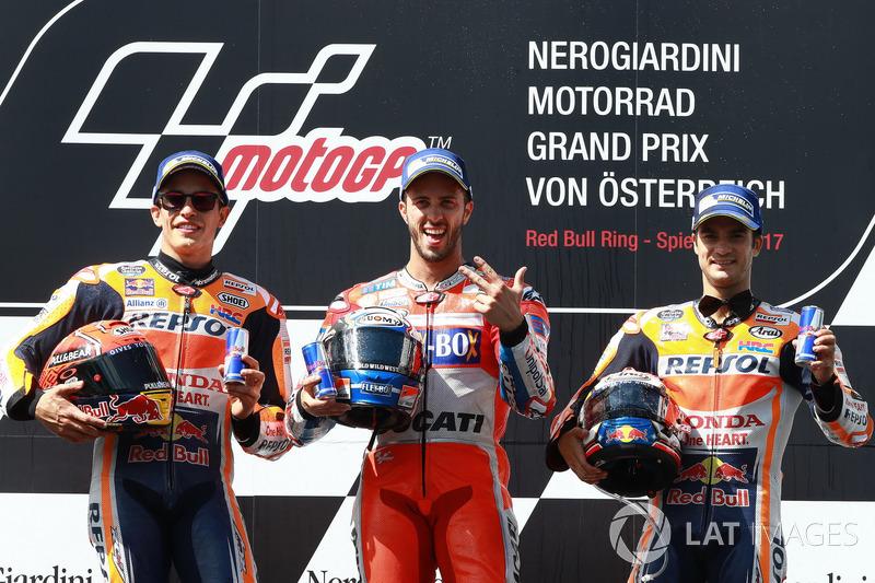 Подіум: переможець гонки Андреа Довіціозо, Ducati Team, друге місце Марк Маркес, Repsol Honda Team, третє місце Дані Педроса, Repsol Honda Team