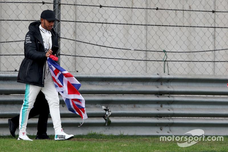 Lewis Hamilton, Mercedes AMG, va en piste pour voir les fans et prend le drapeau du Royaume-Uni