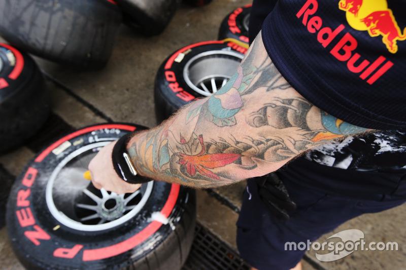Un meccanico Red Bull Racing lava delle gomme Super Soft