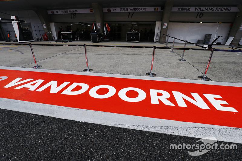 The pit area of Stoffel Vandoorne, McLaren