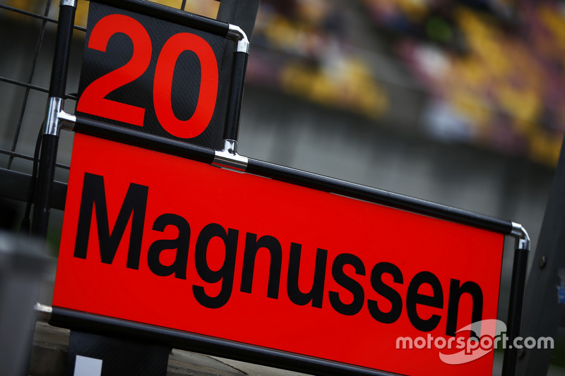 Pit board for Kevin Magnussen, Haas F1 Team