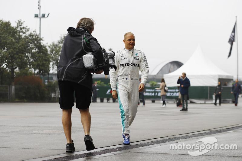 Valtteri Bottas, Mercedes AMG, viene ripreso all'arrivo nel paddock