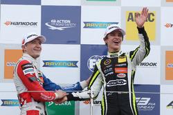 Podio: Ganador de la carrera Lando Norris, Carlin, Dallara F317 - Volkswagen, el segundo lugar Jake Dennis, Carlin, Dallara F317 - Volkswagen