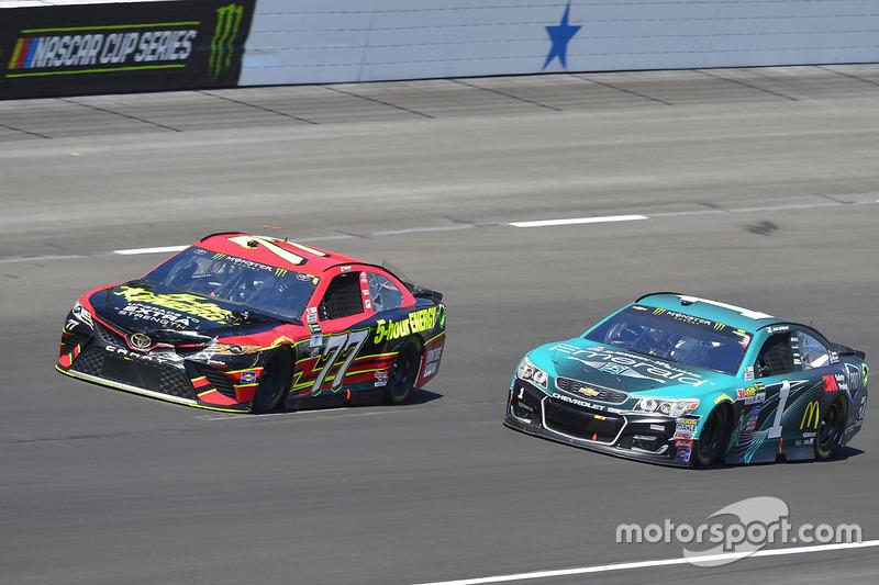 Erik Jones, Furniture Row Racing, Toyota; Jamie McMurray, Chip Ganassi Racing, Chevrolet