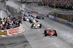 Gilles Villeneuve, Ferrari 126C leads the field at the start