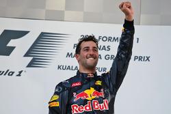 Daniel Ricciardo, Red Bull Racing ganador de la carrera se celebra en el podio