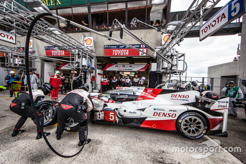 Parada en pits y el útlimo cambio de piloto #5 Toyota Racing Toyota TS050 Hybrid: Anthony Davidson, Sébastien Buemi, Kazuki Nakajima