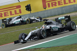 Lewis Hamilton, Mercedes AMG F1 Team W07, und Nico Rosberg, Mercedes AMG F1 Team W07