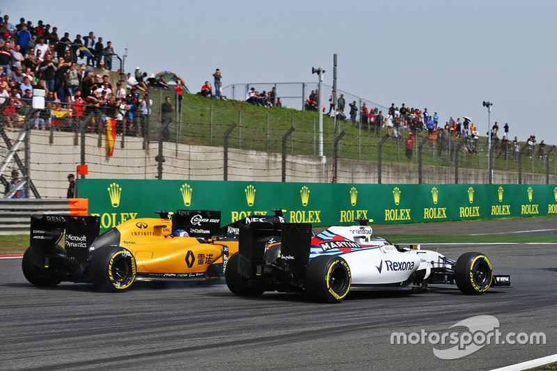 Valtteri Bottas, Williams FW38, Jolyon Palmer, Renault Sport F1 Team RS16 and Sergio Perez, Sahara Force India F1 VJM09 battle for position