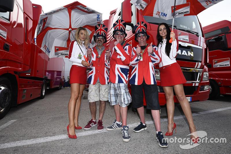 Hermosas chicas de Ducati con aficionados