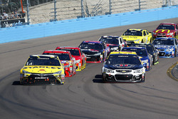 Re-start, Carl Edwards, Joe Gibbs Racing Toyota und Kevin Harvick, Stewart-Haas Racing Chevrolet