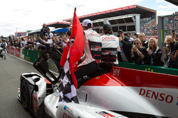 Le vainqueur #8 Toyota Gazoo Racing Toyota TS050: Sébastien Buemi, Kazuki Nakajima, Fernando Alonso