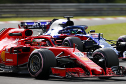Antonio Giovinazzi, Ferrari SF71H, leads Brendon Hartley, Toro Rosso STR13