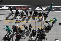 Les mécaniciens Mercedes AMG F1 se préparent pour un arrêt au stand