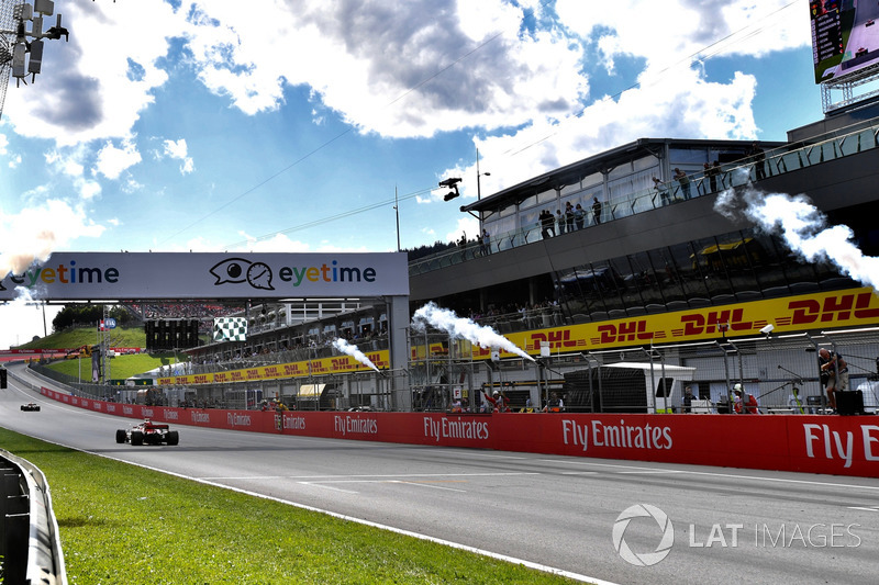 Sebastian Vettel, Ferrari SF71H franchit la ligne