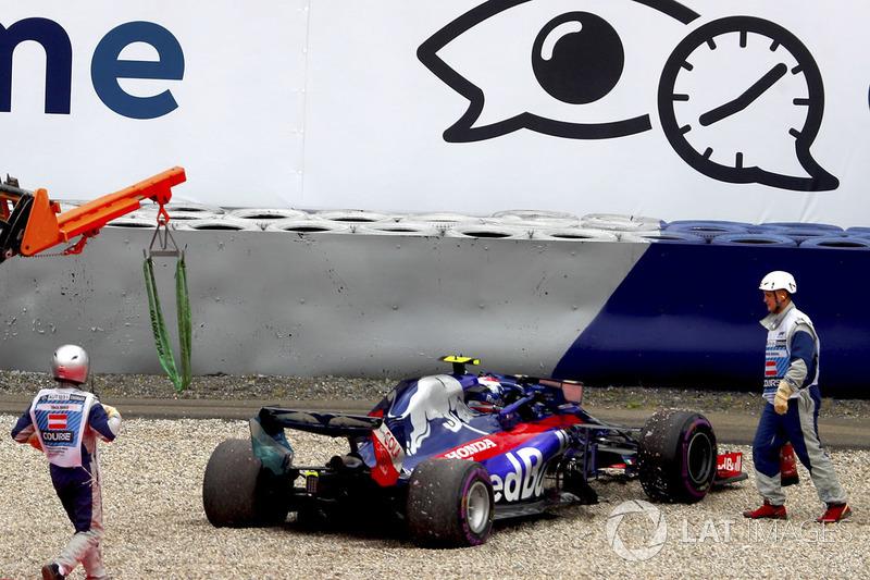 Comisarios atienden a Pierre Gasly, Toro Rosso STR13, tras un accidente en la FP2 de Austria