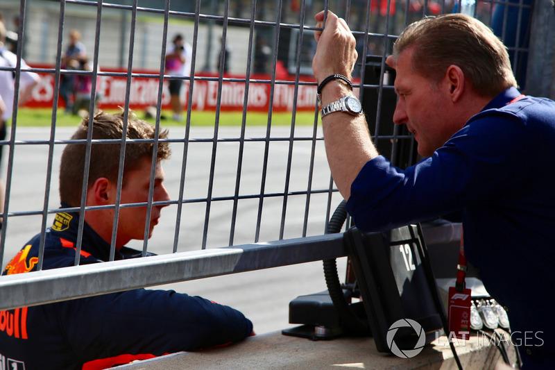 El ganador de la carrera Max Verstappen, Red Bull Racing con su padre Jos Verstappen