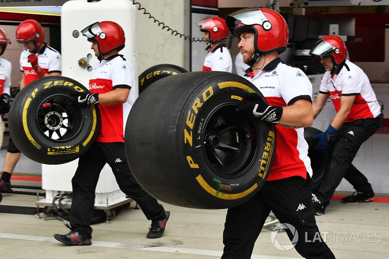 Des mécaniciens Sauber avec des pneus Pirelli