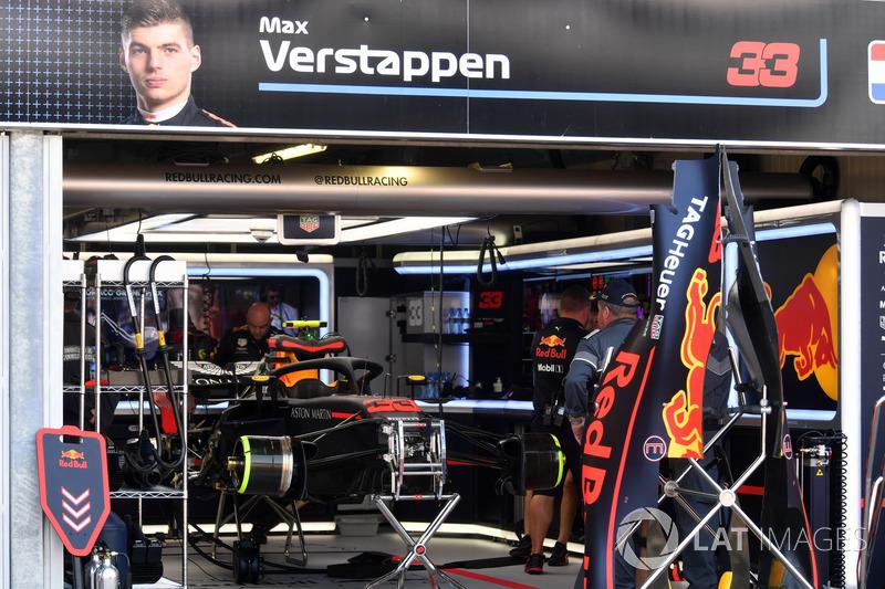 El coche de Max Verstappen, Red Bull Racing RB14 en el garaje durante la Calificación