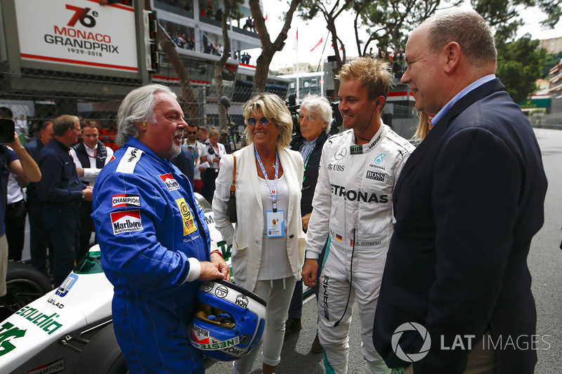 Koke Rosberg is reunited with his 1982 Williams FW08 Cosworth in a demonstration run with son Nico Rosberg, who took the wheel of his 2016 Mercedes W07 Hybrid. Prince Albert speaks to the pair on the grid