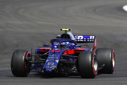 Pierre Gasly, Toro Rosso STR13, with a broken front wing
