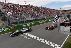 Финиш: Валттери Боттас, Mercedes AMG F1 W09, и Макс Ферстаппен, Red Bull Racing RB14