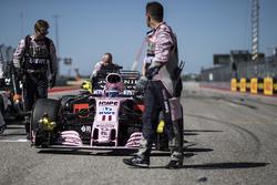 La voiture de Sergio Perez, Sahara Force India VJM10 est poussée par des mécaniciens