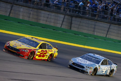 Joey Logano, Team Penske, Ford Fusion Shell Pennzoil Kevin Harvick, Stewart-Haas Racing, Ford Fusion Busch Light