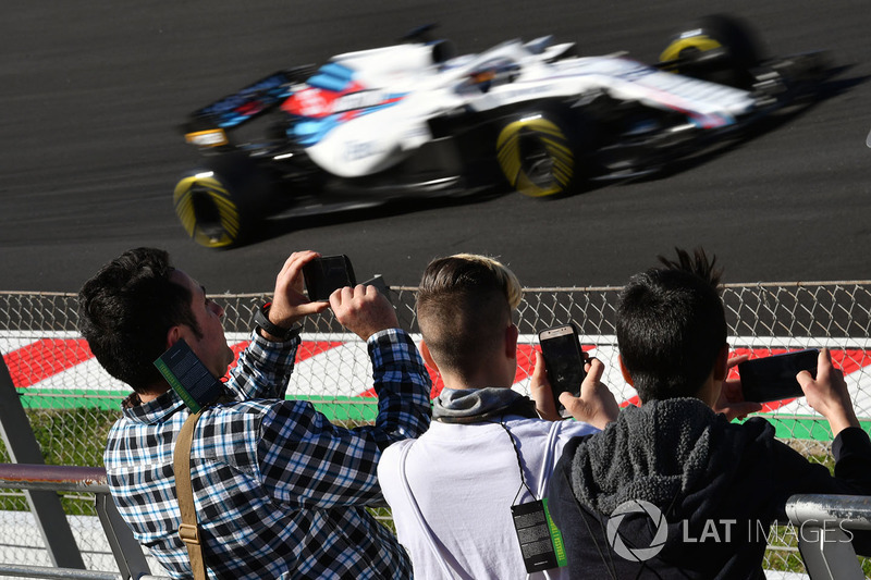 Fans watch Sergey Sirotkin, Williams FW41
