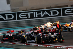 Kimi Raikkonen, Lotus E20 F1 Team, voor Pastor Maldonado, Williams FW34, Mark Webber, Red Bull Racing RB8, en Jenson Button, McLaren MP4-27