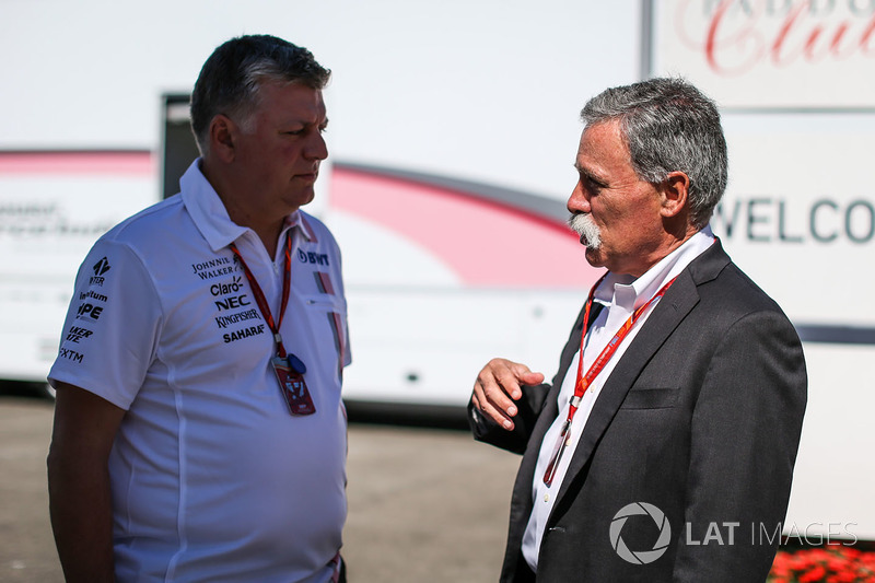 Otmar Szafnauer, Force India Formula One Team jefe de operaciones y Chase Carey, Director Ejecutivo