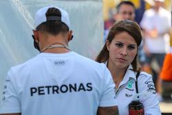 Lewis Hamilton, Mercedes AMG F1 und seine Pressesprecherin Charlie Rose