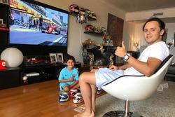 Felipe Massa assiste ao GP da Hungria com seu filho em casa