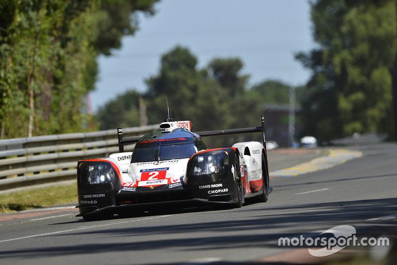 Jam ke-22: Porsche #2 mengambil alih pimpinan balapan dari Oreca #38