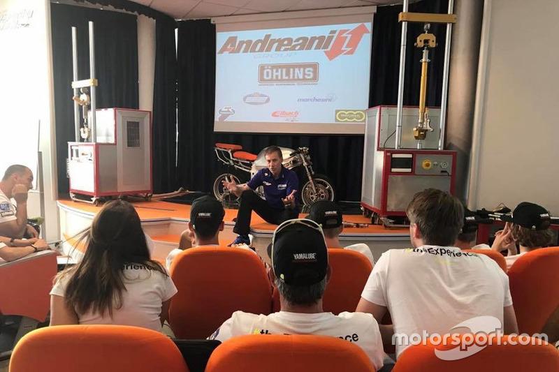 Керуючий директор Yamaha Motor Racing Лін Джарвіс ділиться своїми знаннями у гоночній індустрії з учасниками четвертого Yamaha VR46 Master Camp