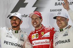 Lewis Hamilton, Mercedes AMG, segundo, Sebastian Vettel, Ferrari, ganador, Valtteri Bottas, Mercedes, tercer lugar en el podium