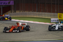 Kimi Raikkonen, Ferrari SF70H, Felipe Massa, Williams FW40