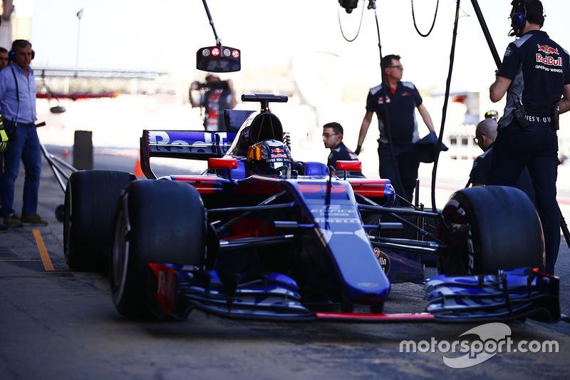 Карлос Сайнс-старший (слева) наблюдает за пит-стопом сына Карлоса Сайнса-мл., Scuderia Toro Rosso STR12