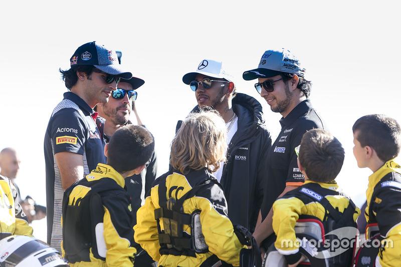 Карлос Сайнс-мл., Scuderia Toro Rosso, Фернандо Алонсо, McLaren, Льюис Хэмилтон, Mercedes AMG F1, Серхио Перес, Force India, и юные картингисты