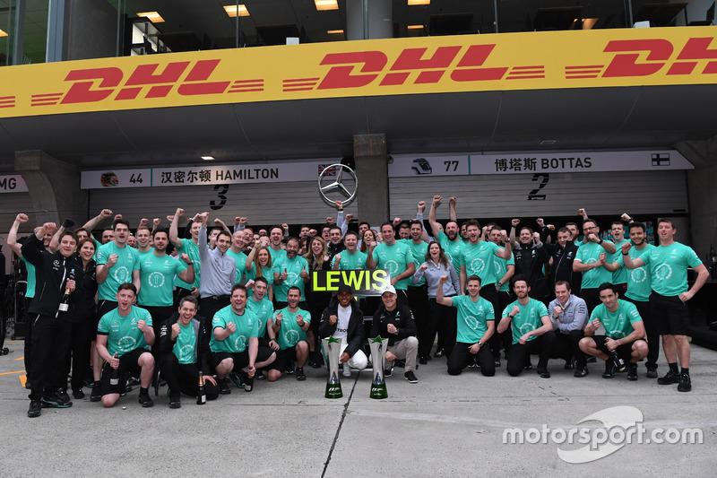 Race winner Lewis Hamilton, Mercedes AMG F1 celebrates with Valtteri Bottas, Mercedes AMG F1 and the team