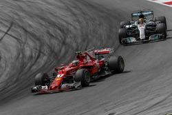 Kimi Raikkonen, Ferrari SF70H y Lewis Hamilton, Mercedes-Benz F1 W08