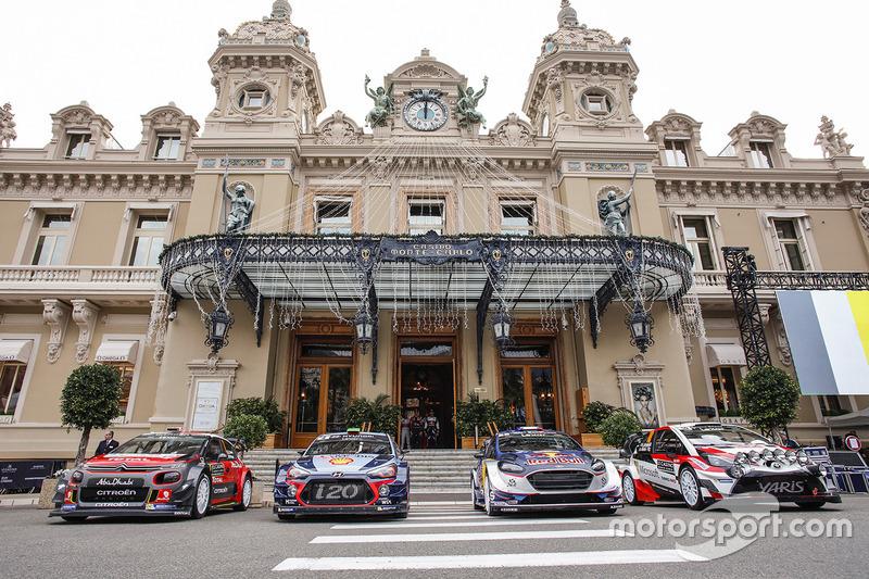 Autos del WRC frente al Casino