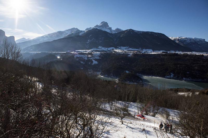 Acción escénica de rally de los Alpes