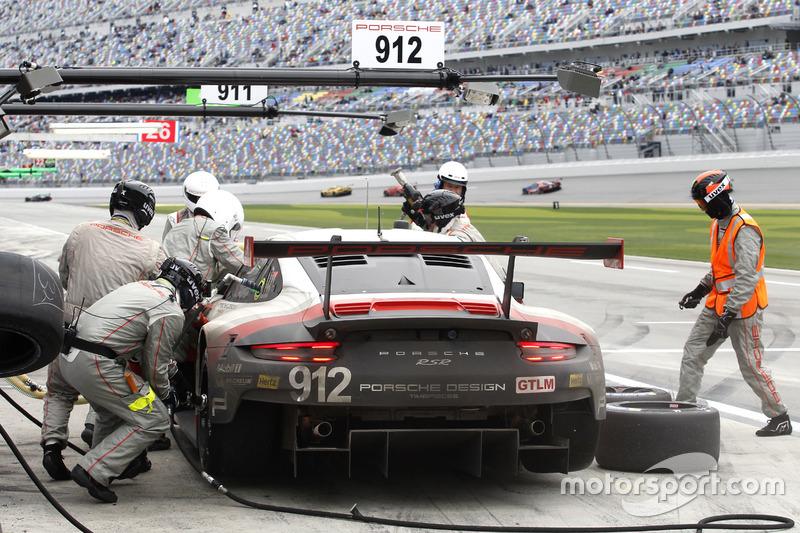 Pitstop; #911 Porsche Team North America Porsche 911 RSR: Patrick Pilet, Dirk Werner, Frédéric Makowiecki
