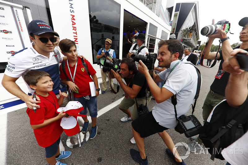 Felipe Massa, Williams, poses, young fans for photographers