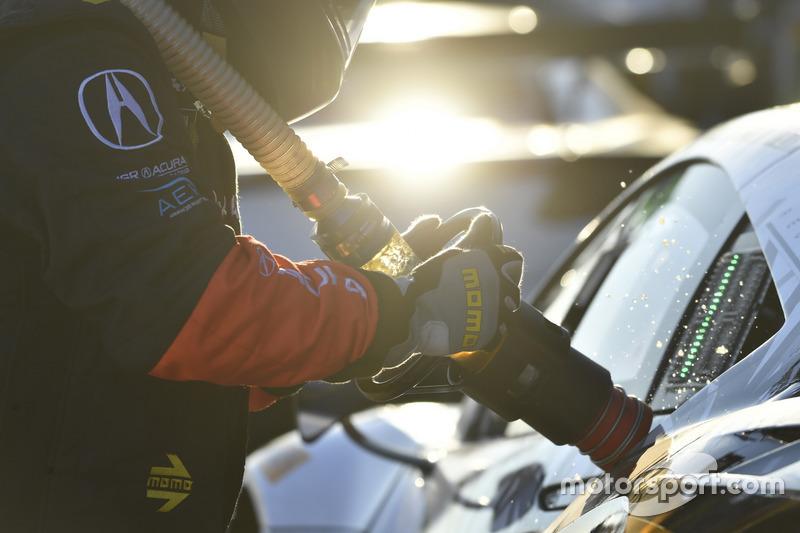 Un mecánico echando combustible